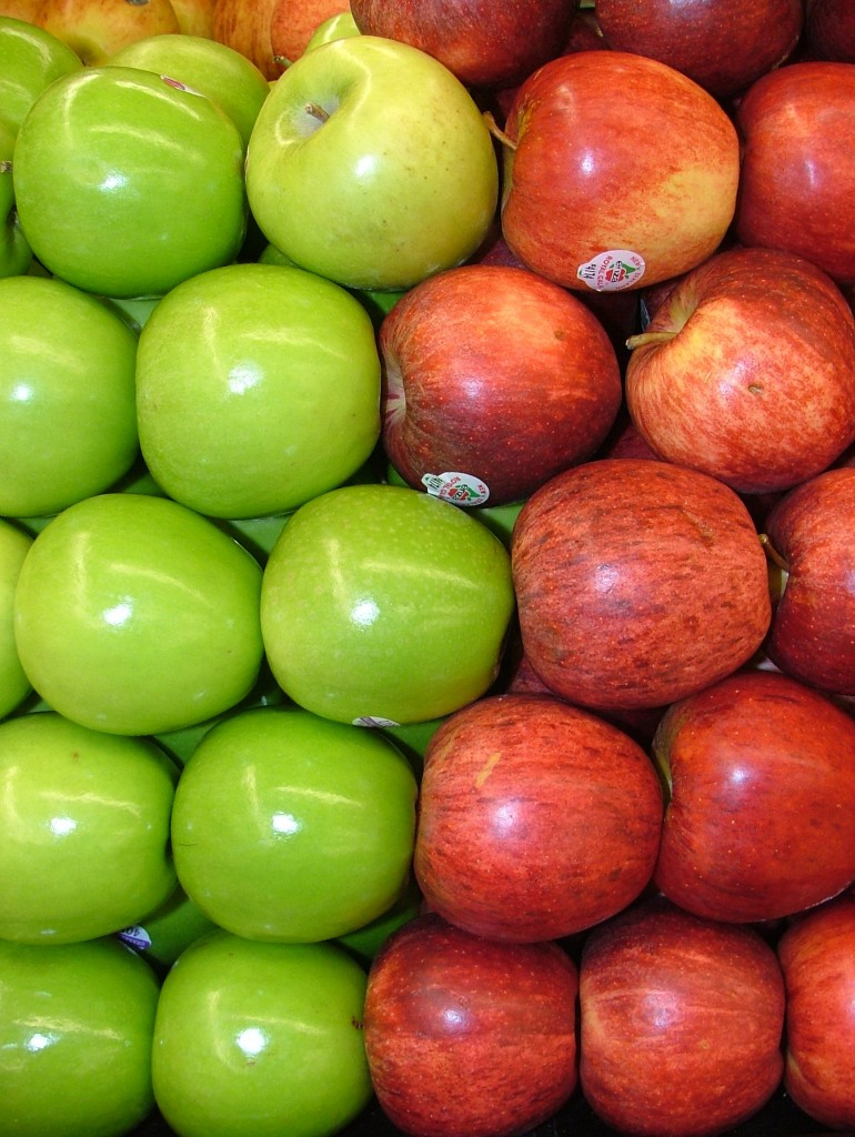 Assorted_Red_and_Green_Apples_2120px