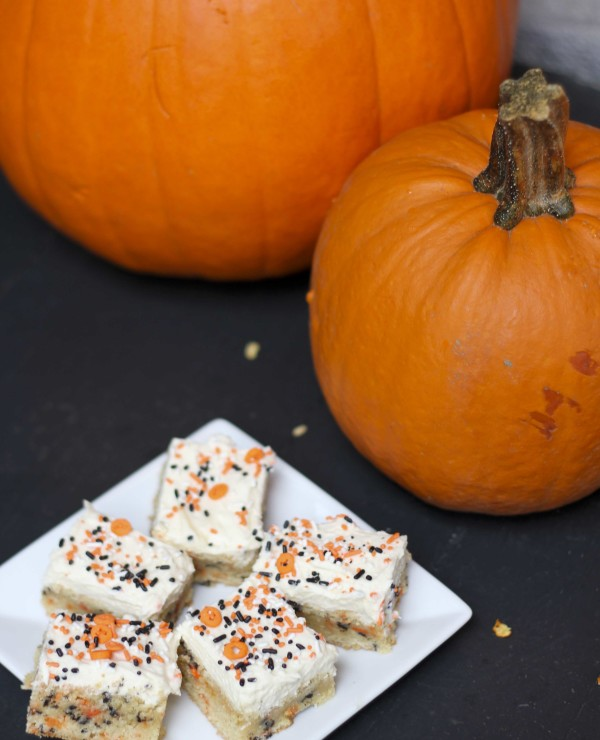 Cake Batter Blondie Bars with Halloween Sprinkles | RoastedMontreal.com